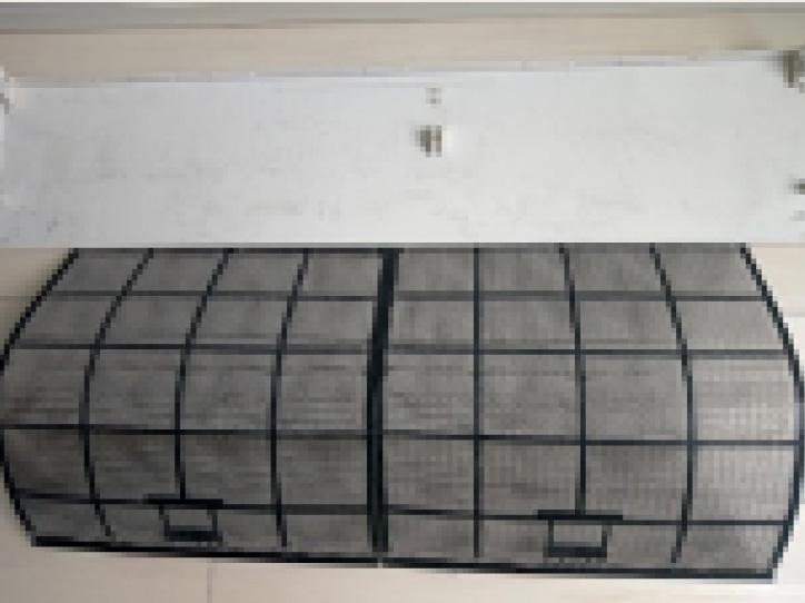 クリーニング前の汚れたエアコンフィルターの写真。