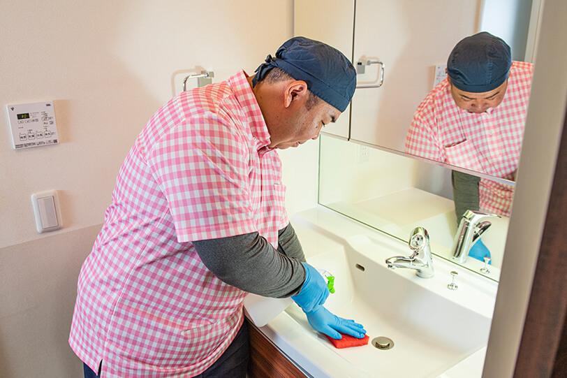 洗面台クリーニング 施工の様子