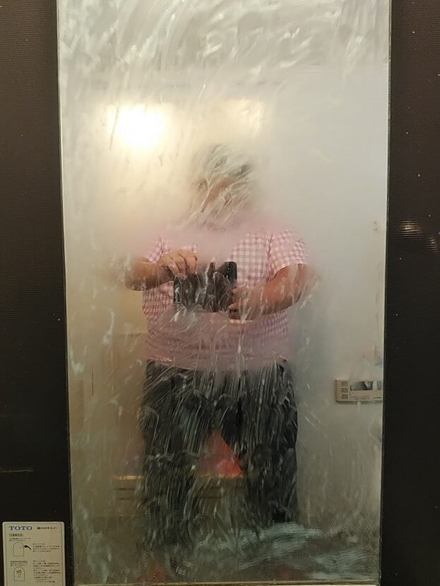 浴室クリーニング前、鏡のクリーニング