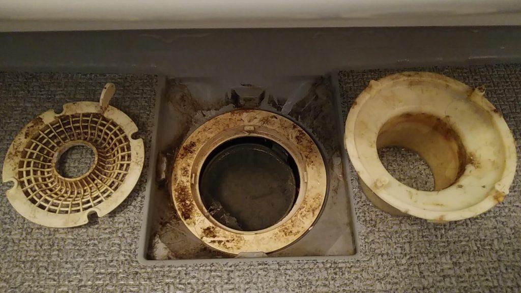 埼玉県さいたま市の浴室クリーニング前、排水口洗浄